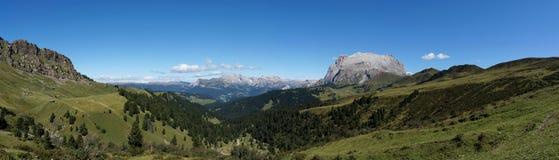 Cume e montanhas panorâmicos idílico maravilhosos nas dolomites e em um céu azul claro Imagem de Stock Royalty Free