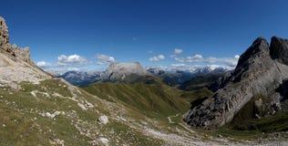 Cume e montanhas panorâmicos idílico maravilhosos nas dolomites e em um céu azul claro Fotografia de Stock