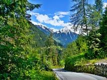 Cume-estrada austríaca para baixo à cidade Mayrhofen Imagem de Stock