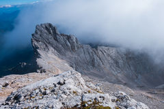 Cume estreito da pedra calcária nas nuvens Fotos de Stock Royalty Free