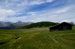 Cume panorâmico idílico maravilhoso e cabine de madeira Foto de Stock