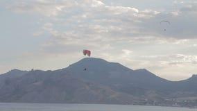 Cume que sobe, elevador dos Paragliders do cume vídeos de arquivo