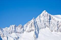 Cume Snow-covered da montanha Imagens de Stock