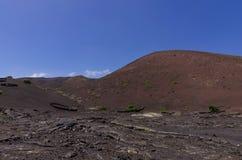Cume vulcânico com um campo de lava imagem de stock royalty free
