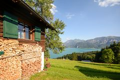 Cumes austríacos: Vista do pasto alpino ao lago Attersee, terra de Salzburger, Áustria Imagem de Stock