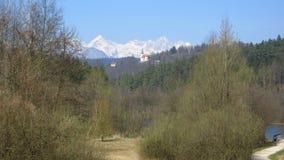 Cumes com igreja e floresta na parte dianteira fotografia de stock