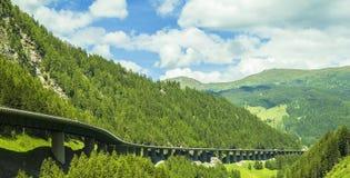 Cumes e estrada de alta velocidade nas montanhas imagens de stock royalty free