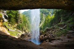Cachoeira de Pericnik em cumes julianos em Slovenia Imagens de Stock