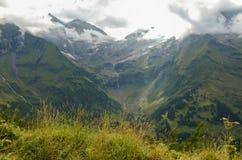 Cumes montanha do verão, vista da estrada alpina alta de Grossglockner Fotografia de Stock