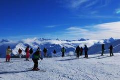 Cumes suíços: Esqui acima de Davos City em montanhas de Parsenn imagem de stock
