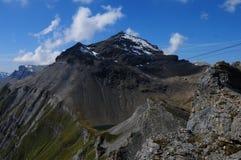 Cumes suíços: O Schilthorn no Bernese Oberland, direto famoso o filme de James Bond foto de stock