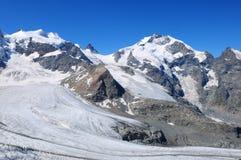 Cumes suíços: Os picos da cordilheira de Bernina no Engadin superior fotografia de stock
