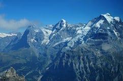 Cumes suíços: Parapente em Schilthorn que vê picos de Eiger, de Mönch e de Jungfrau acima de Grindelwald imagem de stock