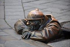 Cumil staty i Bratislava Royaltyfri Fotografi