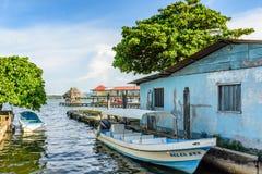 Cumować łodzie, Rio Dulka, Livingston, Gwatemala Zdjęcia Royalty Free