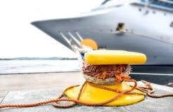 Cumownica na którym cumuje z arkanami wielki statek fotografia royalty free