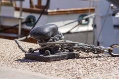 Cumownicza arkana i cumownica na tle wody morskiej i jachtów Zdjęcia Stock