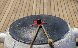 Cumownicza arkana wiązał na cumownicach stary drewniany statek Obraz Stock