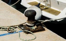 Cumownicza poczta na nabrzeżu w małym marina, element dla mo Zdjęcia Royalty Free