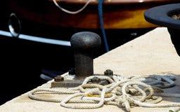 Cumownicza poczta na nabrzeżu w małym marina, element dla mo Obraz Royalty Free