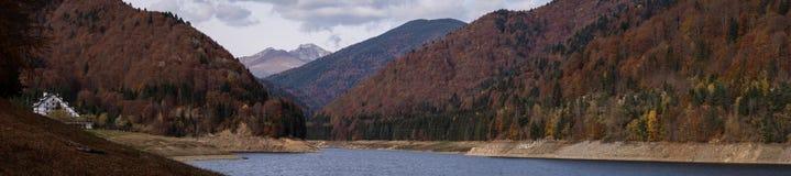 Cumpana瑞士山中的牧人小屋全景 免版税库存照片
