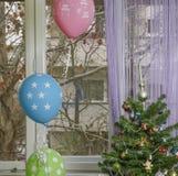 ¡Cumpleaños del invierno! Árbol de navidad con los globos Imagen de archivo libre de regalías