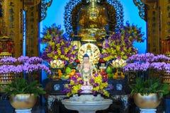 Cumpleaños del ` s de Buda de la estatua en templo Foto de archivo libre de regalías
