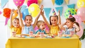 Cumpleaños del ` s de N niños felices con la torta Fotografía de archivo libre de regalías