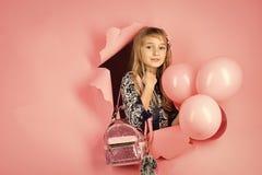 Cumpleaños, felicidad, niñez, mirada Belleza y moda, pasteles dinámicos Pequeño niño de la muchacha con los globos del partido Fotos de archivo libres de regalías