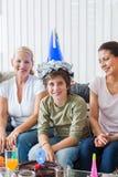 Cumpleaños joven del muchacho, celebración de la torta Imagenes de archivo