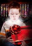 Cumpleaños - mirada emocionada encantadora del niño en el rectángulo Imagen de archivo