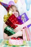 Cumpleaños. Muchacha feliz con los regalos Fotos de archivo libres de regalías