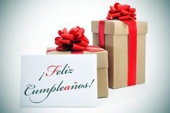 Cumpleanos de Feliz, feliz aniversario escrito no espanhol Imagem de Stock
