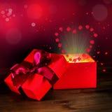 Cumprimentando a caixa aberta com as flores cor-de-rosa da curva e do milagre em de madeira Fotografia de Stock