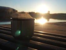 Cumprimente o sol com um copo imagens de stock