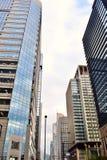 Cumprimente prédios de escritórios modernos na área de negócio da finança do centro do Tóquio de Japão imagens de stock