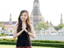 Cumprimento da mulher com o templo do alvorecer Imagem de Stock Royalty Free