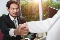 Cumprimento do homem e da mulher de negócio dois que agita as mãos Imagem de Stock