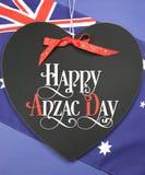 Cumprimento feliz de Anzac Day no quadro-negro da forma do coração Imagem de Stock