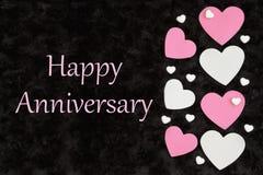 Cumprimento feliz do aniversário com corações brancos e cor-de-rosa com corações dos doces no preto ilustração stock