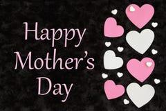 Cumprimento feliz do dia de mãe com corações brancos e cor-de-rosa com corações dos doces no preto ilustração royalty free