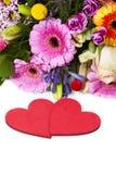 Cumprimentos do amor com flores Fotografia de Stock
