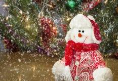 Cumprimentos do Natal, boneco de neve com uma árvore de Natal imagens de stock royalty free