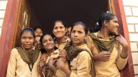 Cumprimentos dos colegas das meninas dos estudantes com sorriso fotografia de stock royalty free