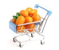Cumquat或金桔与叶子在白色背景隔绝的购物车 免版税库存图片