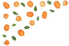 Cumquat或金桔与叶子在蓝色木背景与拷贝空间您的文本的 顶视图 平的位置样式 库存图片