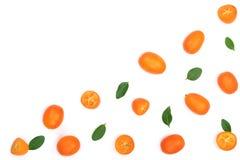 Cumquat或金桔与叶子在蓝色木背景与拷贝空间您的文本的 顶视图 平的位置样式 免版税库存照片