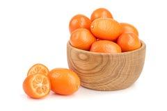 Cumquat或金桔在白色背景关闭隔绝的木碗  库存照片