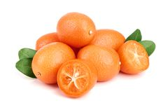 Cumquat lub kumquat z liściem odizolowywającym na białym tła zakończeniu up Fotografia Royalty Free