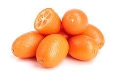 Cumquat lub kumquat z połówką na białym tła zakończeniu up Obrazy Stock